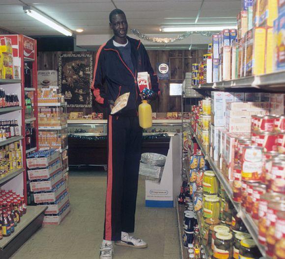Manute Bol w sklepie